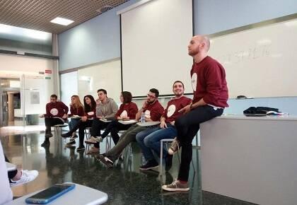 Estudiantes cristianos respondiendo preguntas en la Facultad de Filosofía de la Universidad de Valencia. / GBU Valencia