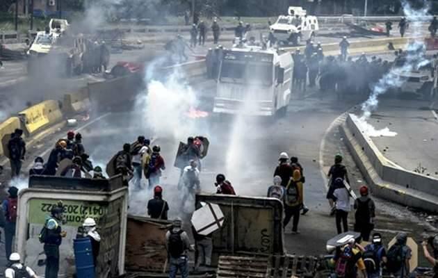 Con una lluvia de gases, chorros de agua y perdigones de goma la policía reprimió ayer la marcha.,Venezuela, disturbios