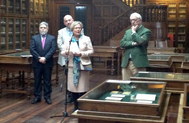 María Luisa Villegas, comisaria de la exposición, interviniendo en la inauguración de la misma.,