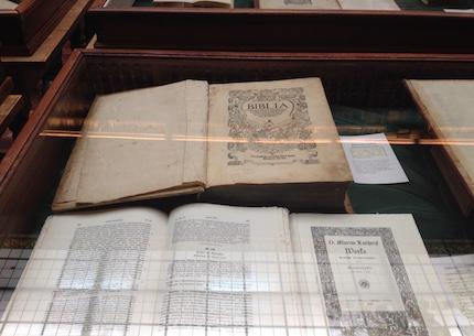 La Biblia de Ferrara, una de las primeras traducciones al castellano.
