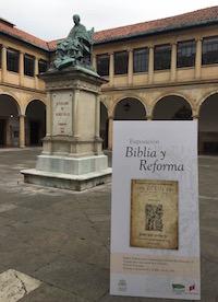 El cartel, frente a la estatua del fundador de la Universidad, que también fue inquisidor. / J. L. Andavert