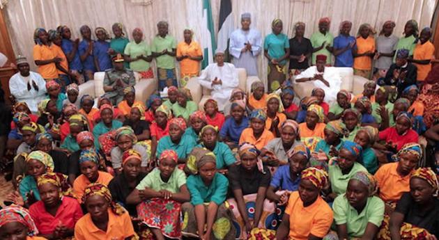 Las jóvenes liberadas, en una foto con los representantes del gobierno de Nigeria. / PunchNG,