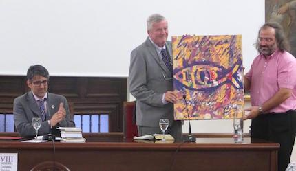 David Burt recibe el Ichtus VIII, pintado por Miguel Elías, de manos de A.P. Alencart. / J. Alencar