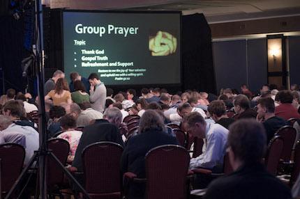 En cada reunión conjunta se dedicaba tiempo a la oración en grupos pequeños. / ELF