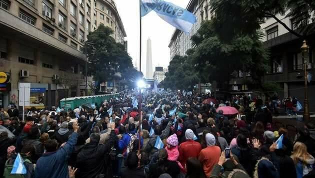 Miles de personas ante en el Obelisco en la jornada 'Argentina Ora' / Foto: Dyn, Tony Gómez,Argentina ora, obelisco Buenos Aires