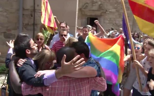 Varios fieles católicos oran juntos ante los gritos de los manifestantes. / TV3,