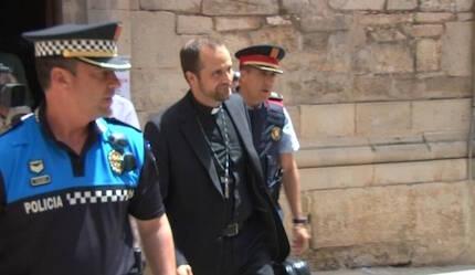 El obispo de Solsona, Xavier Novell, saliendo del templo. / TV3