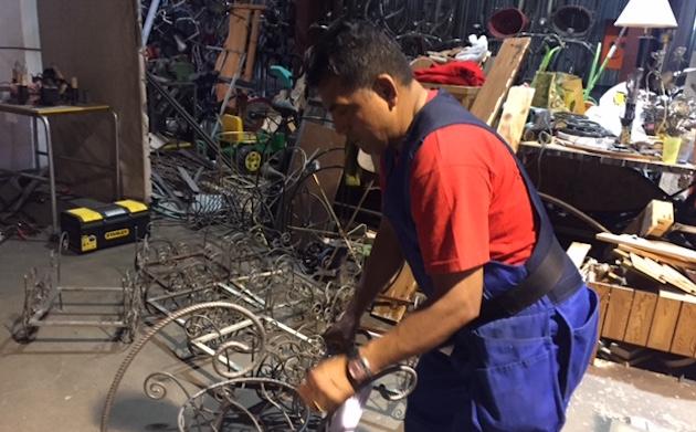 Héctor Peñafiel, en el taller de soldadura. / Verónica Rossato,