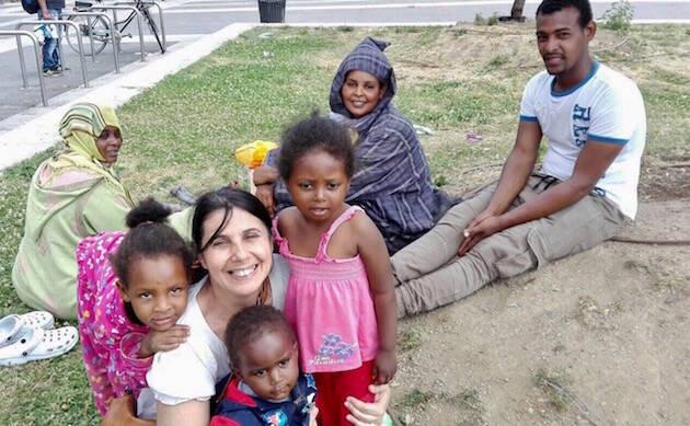 Giovanna, con algunos de los refugiados a los que ayudan en la Estación Central de Milán. ,