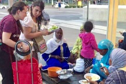 Repartiendo alimentos entre refugiados.