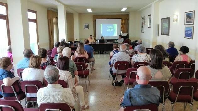 Samuel Escobar presentó su conferencia sobre la Reforma en el salón de plenos del ayuntamiento de Navarrés. / J. Forster,