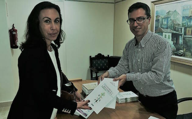 Marcos Gago, traductor, junto a María Ramallo, alcaldesa de Marín, en la presentación de libro.,marcos gago maria ramallo