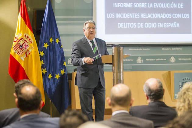 El ministro del Interior, Juan Ignacio Zoido, presentando el informe. / Min. Interior,