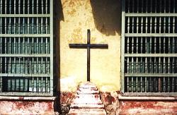 <p> Cruz de madera en una pared en Trinidad, Cuba.</p> ,