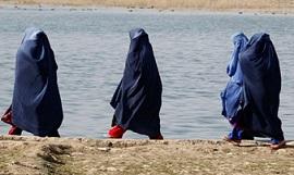 <p> Mujeres afganas, cubiertas con el burka tradicional isl&aacute;mico. / Guardian</p> ,