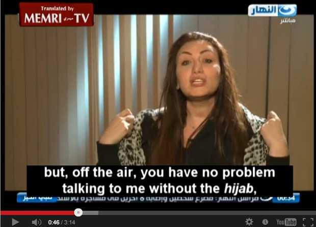 <p> Momento en el que&nbsp;Riham Said se quita el velo ante el im&aacute;n.</p> ,