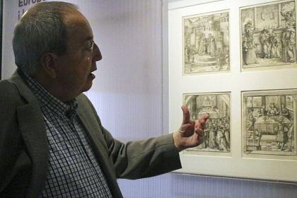 El comisario de la exposición, Antoni Gelonch, frente a unos grabados. Foto: Diana Rodríguez