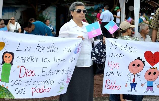 Una de las manifestantes contra las clases de educación sexual de género que se impartirán, de forma obligatoria, a partir del 2018 / Luis Madrigal, El Mundo CR,evangélicos, Costa Rica