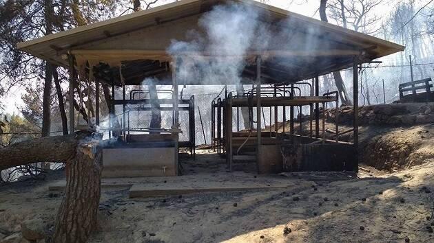 Un edificio del campamento, consumido por el fuego. / Kalamos,