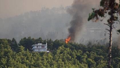 Una foto del fuego tomada desde el campamento de Kalamos mientras las llamas se acercaban al sitio. / Kalamos
