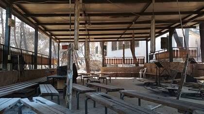 Un espacio del campamento después del incendio. / Campamento kalamos