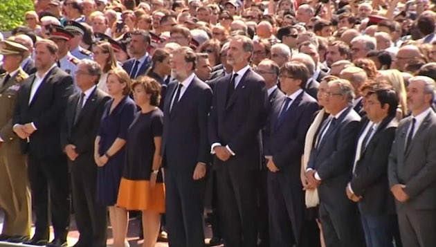 Autoridades en el minuto de silencio en Barcelona.,
