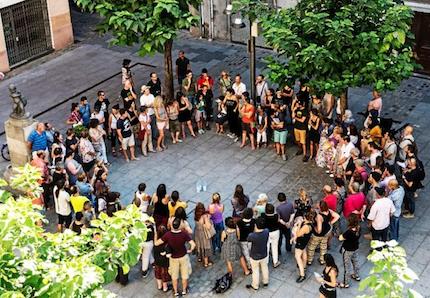 Vecinos de Ripoll concentrados esta mañana para manifestarse contra la islamofobia. / El mundo
