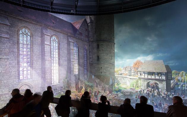En el mural, la Wittenberg del siglo XVI donde comenzó de forma simbólica la Reforma protestante. / Tom Schulze, ©asisi,