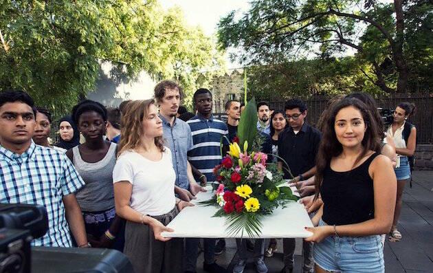 Un ramo en memoria de las víctimas de los ataques terroristas, transportado por jóvenes de distintas confesiones. / Aj. Barcelona,