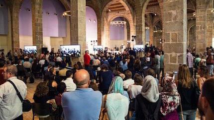 Cientos de personas llenaron el recinto donde se celebró el homenaje. / Aj. Barcelona