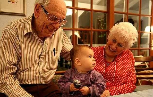 Imagen de archivo,abuelos, nietos