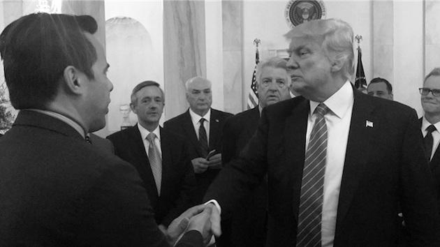 El pastor Samuel Rodríguez saluda a Donald Trump. / Archivo NHCLC,