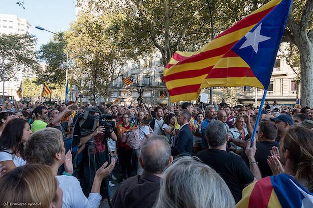 Manifestantes ayer en Barcelona, frente a las instalaciones de la Generalitat. / Francesc Genové, Flickr,