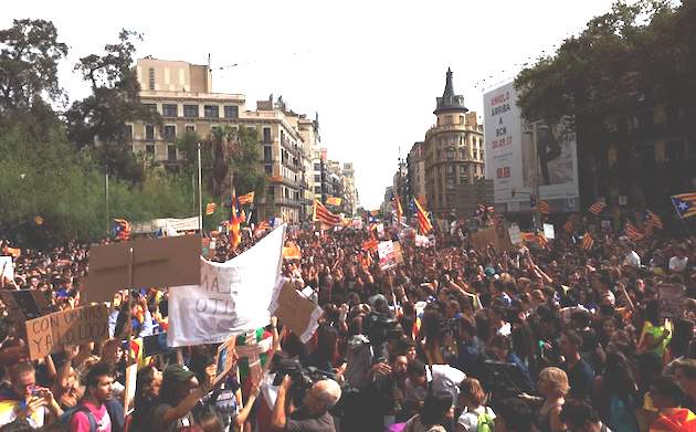 Manifestación de estudiantes, este jueves, a favor del Referéndum, en Barcelona. / Foto Referendum27S,