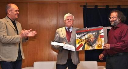 Alencart y J. C. Martín, entregando a Stuart Park un cuadro de Miguel Elías (foto de MGala)