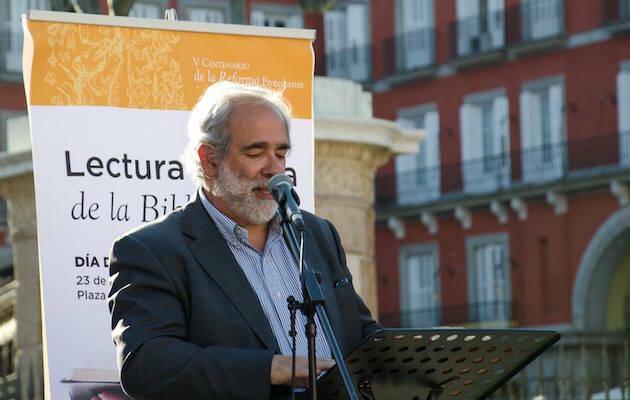 José Luis Andavert, leyendo públicamente la Biblia en la Plaza Mayor de Madrid, en un acto realizado este año. / MGala,jose luis andavert