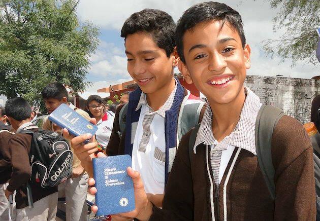 Jóvenes en México con la Biblia de los Gedeones, de la que se repartieron decenas de miles de ejemplares. / FB Gedeones,