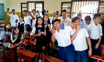 Alumnos de Paraguay, con ejemplares del Nuevo Testamento de los Gedeones. / FB Gedeones