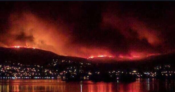 El fuego cerca la ciudad de Vigo, la noche del domingo.,
