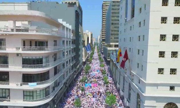 Miles de personas en Quito, en la Marcha por la Vida. / Tw Con mis hijos no te metas,
