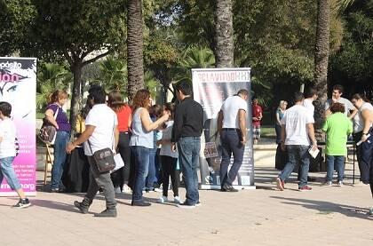 Visitantes se acercan a stands de las entidades evangélicas.