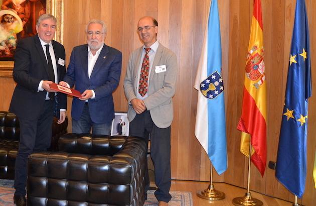 Marcos Zapata y Xesús Manuel Suárez hacen entrega de las 95 Tesis al presidente del Parlamento en Galicia.,