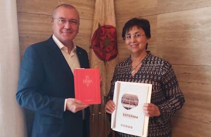 El alcalde de Reus, Carles Pellicer, recibe las 95 Tesis y una Biblia de manos de la pastora M. Dolores Taengua.