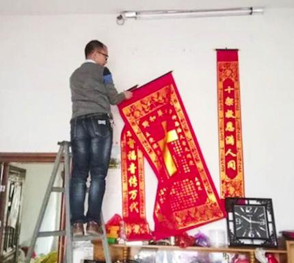 Un hombre descuelga banderolas con simbología cristiana. / Lvv2.com, South China Morning Post