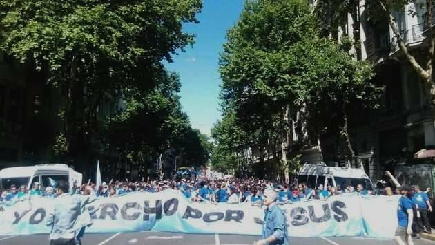 La marcha, en la Avenida de Mayo camino del Congreso / Santiago López,Marcha por Jesus, Buenos Aires