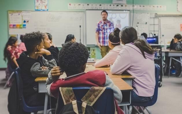 Los móviles estarán prohibidos en las escuelas francesas el curso que viene / Neonbrand (Unsplash, CC),
