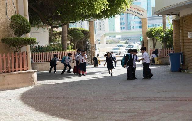Estudiantes a la entrada de una escuela en un país del Golfo. Foto: Puertas Abiertas,