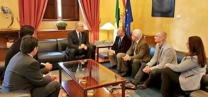 Un momento del diálogo con el Presidente del Parlamento andaluz
