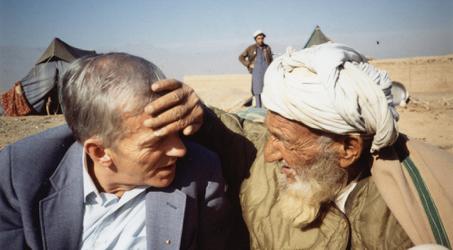 El Hno. Andrés, fundador de Puertas Abiertas, con un refugiado afgano en Pakistán (1988). Foto: Puertas Abiertas.,