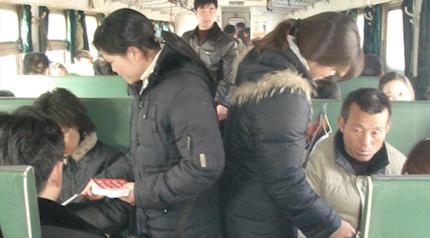 """Cristianas de la """"iglesia subterránea"""" en China compartiendo el Evangelio (2006). A día de hoy, la iglesia china ha pasado de ser perseguida a contar con casi 100 millones de cristianos y con un gran llamado misionero. Foto: Puertas Abiertas."""